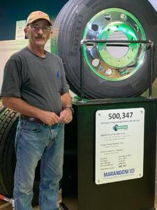 Doug Simons con el neumático reciclado que rodó más de 500000 millas